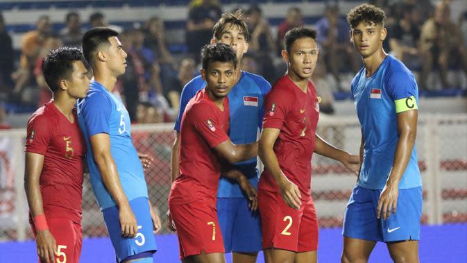 Pemain Timnas Indonesia U-22, Andy Setyo dan Zulfiandi, meminta bola saat melawan Singapura U-22 pada laga SEA Games 2019 di Stadion Rizal Memorial, Manila, Kamis (28/11). Indonesia menang 2-0 atas Singapura. (Bola.com/M Iqbal Ichsan)