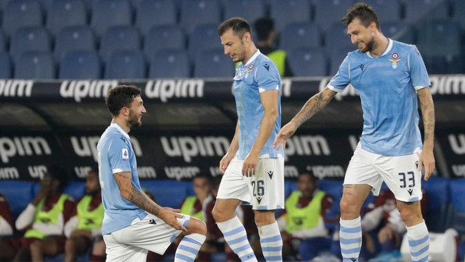Pemain Lazio Francesco Acerbi (kanan) disemangati oleh rekan setimnya setelah mencetak gol ke gawang Torino pada laga Serie A Italia di Stadion Olimpiade Roma, Italia, Rabu (30/10/2019). Lazio membantai Torino 4-0. (AP Photo/Gregorio Borgia)