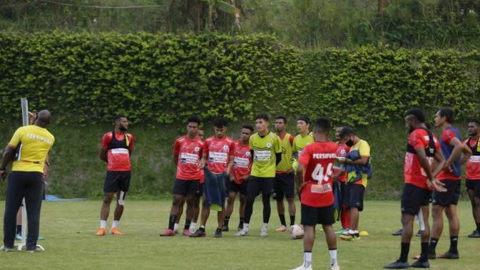 Jacksen Tiago menjelaskan taktik permainan kepada pemain Persipura pada TC di Kusuma Agro Wisata Kota Batu, Malang. (Bola.com/Gatot Susetyo)