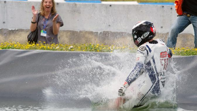 Jorge Lorenzo berselebrasi dengan meloncat ke kolam pada MotoGP Jerez 2010. (Dok)
