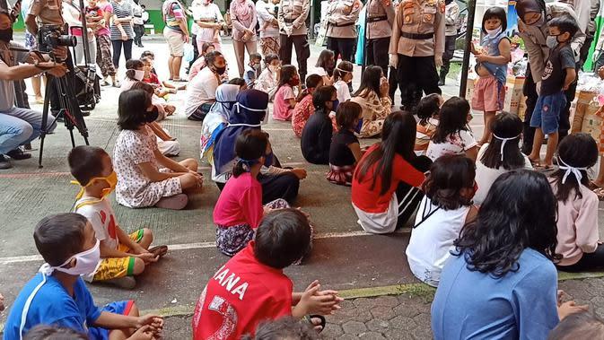 Kapolres Jakbar Beri Baju Lebaran untuk Anak-Anak Korban Kebakaran di Tambora