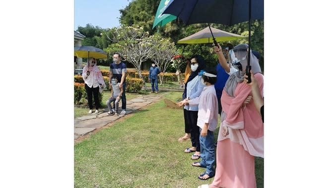 Kumpul Keluarga, Ini 6 Momen Haru BCL Ziarah ke Makam Ashraf hingga Rayakan Lebaran (sumber: Instagram.com/emmymuchlis)