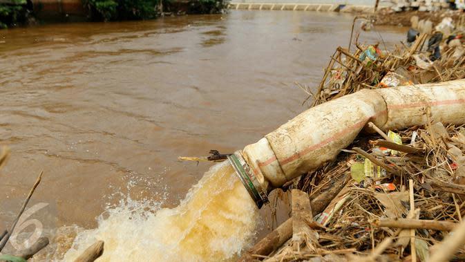 Air hasil penyedotan banjir di alirkan ke Kali Ciliwung, Kampung Pulo, Jakarta, Rabu (25/11/2015). Penyedotan tersebut untuk mempercepat penyurutan banjir di pemukiman Kampung Pulo. (Liputan6.com/Yoppy Renato)