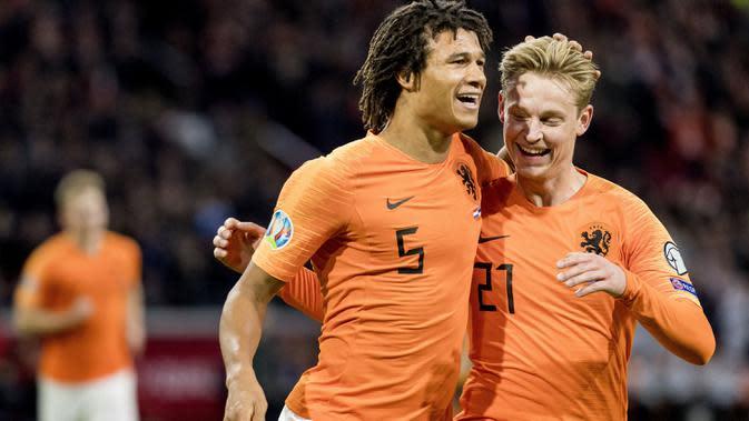 Bek Timnas Belanda, Nathan Ake (kiri) berselebrasi dengan rekannya Frenkie de Jong setelah mencetak gol ke gawang Estonia pada matchday terakhir Grup C Kualifikasi Piala Eropa 2020 di Johan Cruijff Arena, Selasa (19/11/2019). Belanda mengandaskan Estonia dengan skor 5-0. (Koen Van WEEL/ANP/AFP)