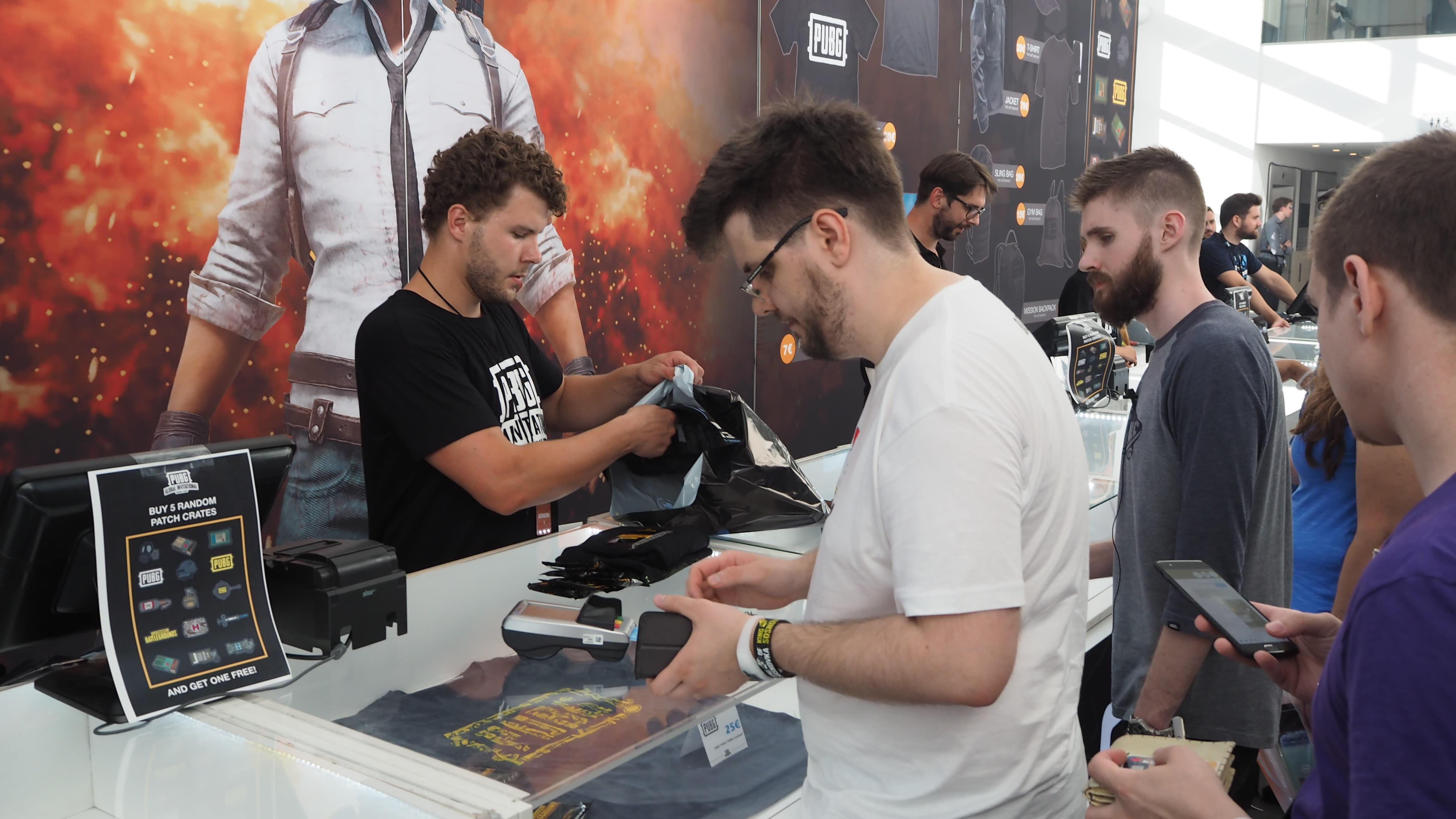 玩家正在購買《絕地求生》周邊商品