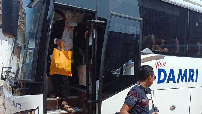 Pemumpang Bus Damri bersubsisi dari pemerintah turun di pool Damri, Jalan Kebon Kawung, Kota Bandung. (Liputan6.com/Huyogo Simbolon)