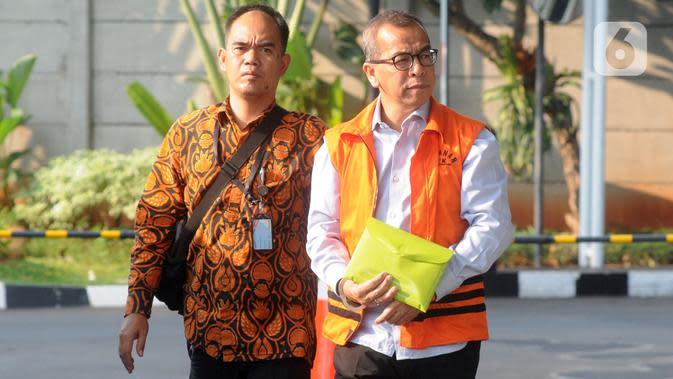 Mantan Direktur Utama PT Garuda Indonesia Emirsyah Satar (kanan) bersiap menjalani pemeriksaan di Gedung KPK, Jakarta, Rabu (4/12/2019). Emirsyah diperiksa sebagai tersangka dugaan suap pengadaan pesawat dan mesin dari Airbus dan Rolls-Royce ke PT Garuda Indonesia. (merdeka.com/Dwi Narwoko)