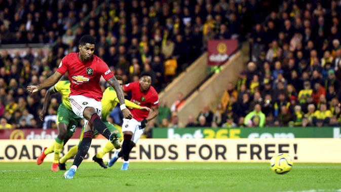 Penyerang Manchester United, Marcus Rashford, melepaskan tendangan penalti saat melawan Norwich City pada laga Premier League 2019 Stadion Carrow Road, Norwich, Minggu (27/10). Manchester United menang 3-1 atas Norwich City. (AP/Joe Gidden)