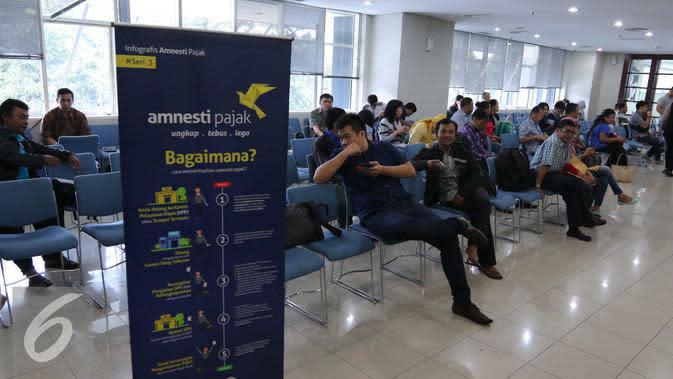 Sejumlah orang menunggu untuk mengikuti program tax amnesty di kantor pusat Direktorat Jenderal Pajak, Jakarta, Jumat (30/9). Hari terakhir program tax amnesty banyak masyarakat memadati kantor pajak. (Liputan6.com/Angga Yuniar)