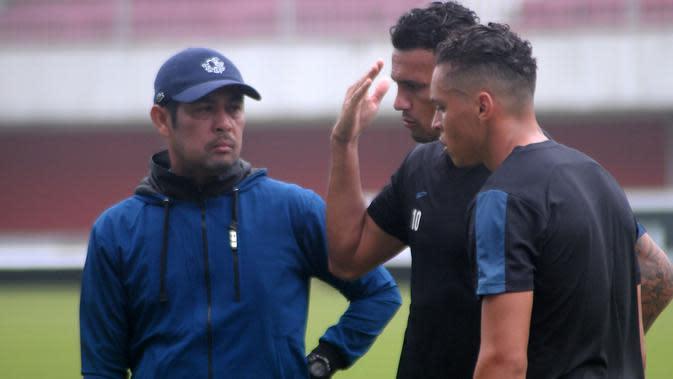 Pelatih Persela, Nilmaizar (kiri), saat berbincang dengan pemain asing setelah latihan resmi di Stadion Maguwoharjo, Sleman, Rabu (14/8/2019). (Bola.com/Vincentius Atmaja)