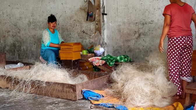 Pegawai pabrik mi sohun Ayam Jago di Kabupaten Banyuasin Sumsel bagian pengemasan, diberi upah sekitar Rp 4.000 per ball setiap harinya (Liputan6.com / Nefri Inge)
