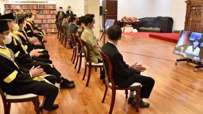 Wisudawan UT Korea 2020 di Seoul mendengar sambutan Menlu Retno Marsudi