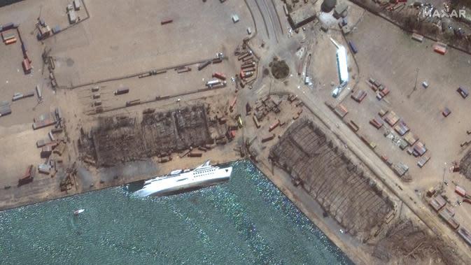 Citra satelit yang disediakan oleh Maxar Technologies ini menunjukkan kapal terbalik di pelabuhan Beirut di Lebanon pada Rabu, 5 Agustus 2020, sehari setelah ledakan besar yang membuat seluruh blok kota diselimuti kaca dan puing-puing. (© 2020 Maxar Technologies via AP)