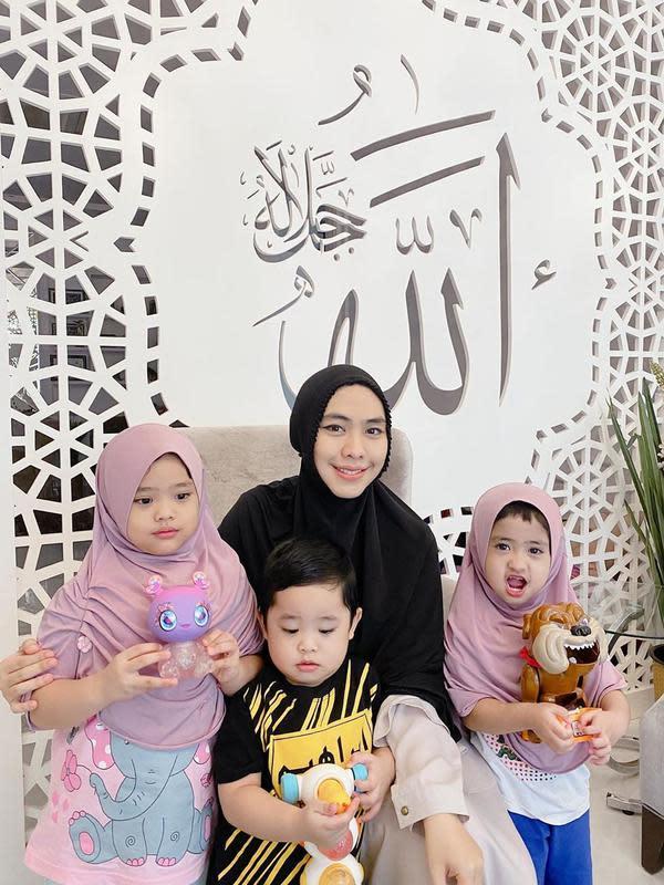 Sekedar informasi, Oki Setiana Dewi menikah dengan Ory Vitrio pada 2013. Dari pernikahannya, telah dikaruniai dua anak perempuan, Maryam Nusaibah Abdullah (2014), Khadeejah Faatimah Abdullah (2016) dan satu laki-laki, Ibrahim Muhammad Abdullah (2017). Kini, menanti anak keempat.