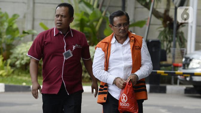Bupati Indramayu nonaktif, Supendi berjalan masuk akan menjalani pemeriksaan oleh penyidik di Gedung KPK, Jakarta, Kamis (16/1/2020). Supendi diperiksa sebagai tersangka terkait dugaan menerima suap terkait pengaturan proyek dilingkungan Pemerintah Kabupaten Indramayu tahun 2019. (merdeka.com/Dwi Na