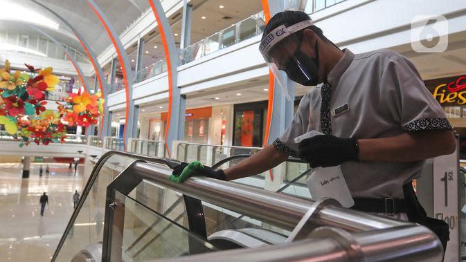Pekerja membersihkan tiang di Mall Margo City, Depok, Jawa Barat, Selasa (9/6/2020). Pusat perbelanjaan atau mal di Kota Depok akan mulai dibuka pada 16 Juni 2020 dengan menerapkan sejumlah aturan protokol kesehatan yang ketat. (Liputan6.com/Herman Zakharia)