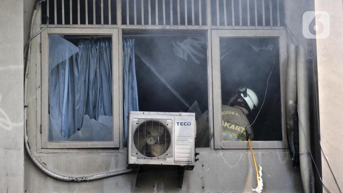 Petugas pemadam kebakaran menyemprotkan air saat api kembali muncul di Gedung SMK Yadika 6, Jatiwaringin, Pondok Gede, Kota Bekasi, Jawa Barat, Selasa (19/11/2019). Kebakaran susulan ini mengejutkan sejumlah guru, siswa, dan pegawai yang tengah berada di lokasi. (merdeka.com/Iqbal Nugroho)