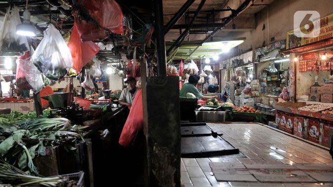 Aktivitas perdagangan saat pemberlakukan ganjil genap pasar tradisional di Jakarta, Senin (15/6/2020). PD Pasar Jaya mulai hari ini memberlakukan penerapan ganjil genap di pasar tradisional sebagai upaya membatasi jumlah pengunjung selama masa PSBB transisi. (merdeka.com/Iqbal S. Nugroho)