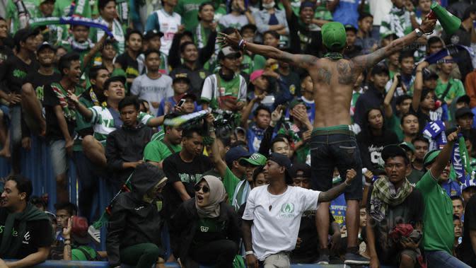Suporter Persebaya, Bonek, merayakan kemenangan atas Martapura FC pada laga semifinal Liga 2 2017 di Stadion GBLA, Bandung, Sabtu (25/11/2017). Persebaya menang 3-1 atas Martapura FC. (Bola.com/Vitalis Yogi Trisna)