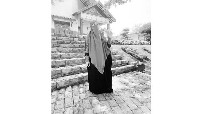 Menuju Jalan Hijrah, Ini 5 Potret Indri Giana Tampil Bercadar (sumber: Instagram.com/_indrigiana_)