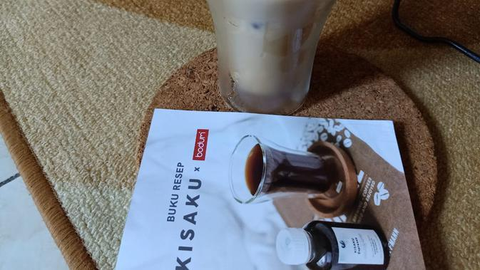 Iced Kampoeng Latte, minuman favorit Kisaku yang bisa diracik sendiri di rumah. (Liputan6.com/Dinny Mutiah)