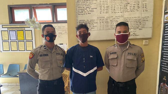 JEP (18) diamankan aparat kepolisian di Polres Musi Rawas Sumsel usai menganiaya ayah tirinya hingga tewas (Dok. Humas Polres Musi Rawas / Nefri Inge)
