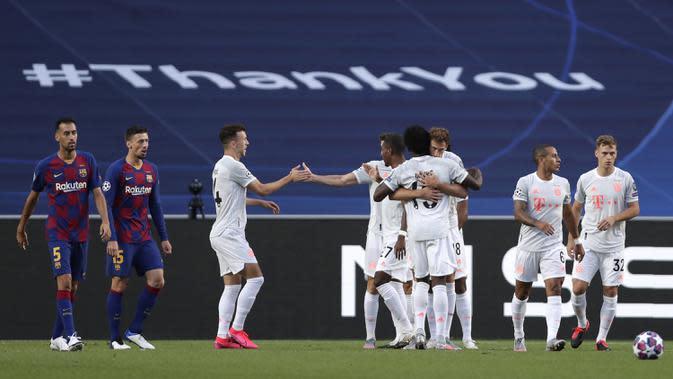 Pemain Bayern Munchen merayakan gol yang dicetak Thomas Mueller ke gawang Barcelona pada perempat final Liga Champions 2019/2020 di Estadio Da Luz, Sabtu (15/8/2020) dini hari WIB. Bayern Munchen menang telak 8-2 atas Barcelona. (AFP/Manu Fernandez/pool)