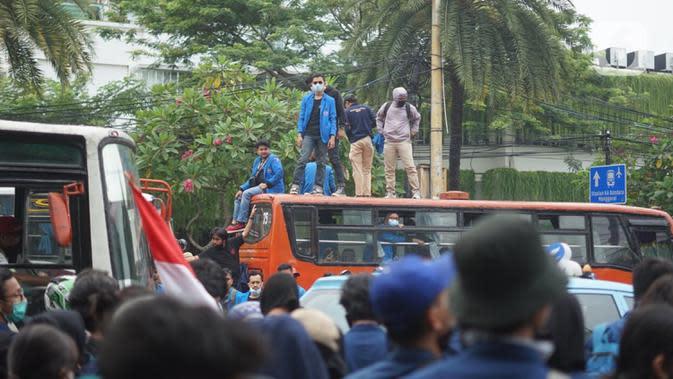 Massa aksi yang terdiri dari mahasiswa, buruh serta pelajar berkumpul di sekitar Tugu Proklamasi, Jakarta, Kamis (8/10/2020). Massa aksi bersiap menggelar unjuk rasa di Istana Negara untuk mengajukan protes atas disahkannya RUU Omnibus Law Cipta Kerja (Ciptaker). (Liputan6.com/Immanuel Antonius)
