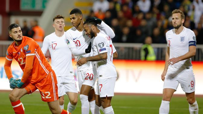 Striker Timnas Inggris, Marcus Rashford berselebrasi dnegan rekan setimnya setelah mencetak gol ke gawang Kosovo pada laga Grup A kualifikasi Piala Eropa 2020 di Fadil Vokrri Stadium, Minggu (17/11/2019). Timnas Inggris mampu meraih kemenangan telak 4-0 atas timnas Kosovo. (Armend NIMANI / AFP)