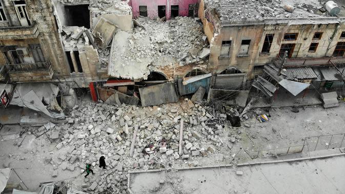 Pandangan dari udara menunjukkan bangunan yang hancur setelah serangan udara rezim di Kota Ariha, Idlib, Suriah, Rabu (15/1/2020). Serangan udara tersebut dilakukan di tengah gencatan senjata yang sedang berlangsung di Idlib. (Omar HAJ KADOUR/AFP)
