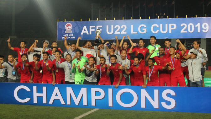 Para pemain Timnas Indonesia merayakan gelar juara Piala AFF U-22 2019 setelah mengalahkan Thailand pada laga final di Stadion National Olympic, Phnom Penh, Selasa (26/2). Indonesia menang 2-1 atas Thailand. (Bola.com/Zulfirdaus Harahap)