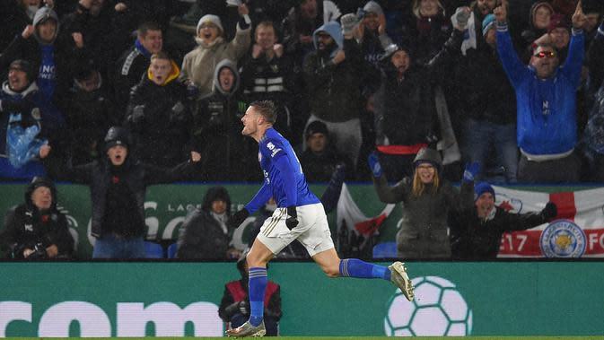Striker Leicester, Jamie Vardy, merayakan gol yang dicetaknya ke gawang Arsenal pada laga Premier League di Stadion King Power, Leicester, Sabtu (9/11) (AFP/Oli Scarff)
