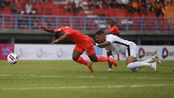Bek Persipura Arthur Cunha melakukan pelanggaran terhadap pemain Borneo FC, Terens Puhiri, pada laga Shopee Liga 1 2020 di Stadion Segiri Samarinda, Sabtu (7/3/2020). (Bola.com/Gatot Susetyo)