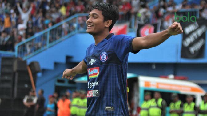 Pemain muda Arema, Nasir mencetak gol pertama di Liga 1 melawan tim juara Bali United di Stadion Kanjuruhan, Kab. Malang, Senin (17/12/2019). (Bola.com/Iwan Setiawan)