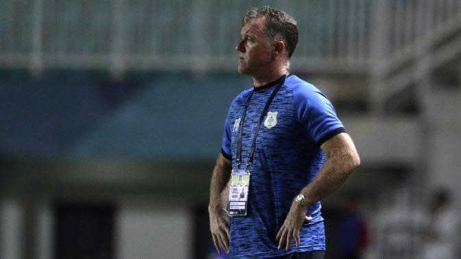 Pelatih PSMS Medan, Peter Butler, mengamati pemainnya saat melawan PS Tira pada laga Liga 1 di Stadion Pakansari, Jawa Barat, Rabu (5/12). PSMS kalah 2-4 dari PS Tira. (Bola.com/Yoppy Renato)