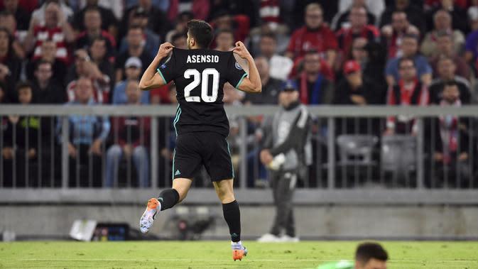 Gelandang Real Madrid, Marco Asensio, merayakan gol ke gawang Bayern Munchen pada laga leg pertama semifinal Liga Champions di Allianz Arena, Kamis (26/4/2018). (Andreas Gebert/dpa via AP)