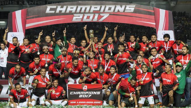 Para pemain dan official Persebaya merayakan gelar juara Liga 2 usai mengalahkan PSMS pada laga final di Stadion GBLA, Bandung, Selasa (28/11/2017). Persebaya menang 3-2 atas PSMS. (Bola.com/Vitalis Yogi Trisna)