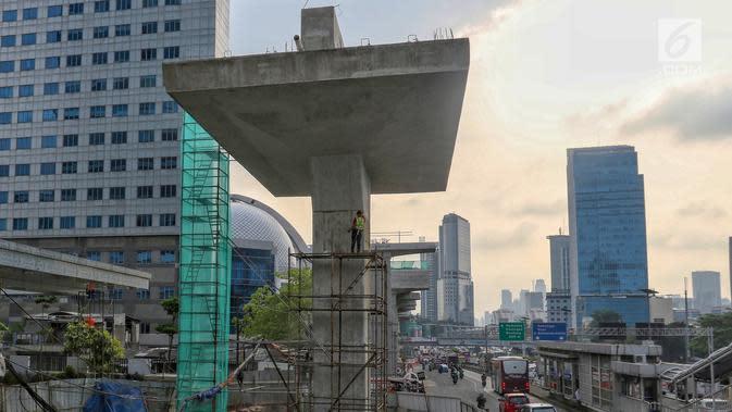 Pekerja menyelesaikan pembangunan jalur kereta ringan atau LRT Jabodebek rute Cawang-Dukuh Atas di Cawang, Jakarta, Senin (29/4/2019). Menurut PT Adhi Karya selaku kontraktor pelaksana proyek LRT, pembangunan jalur LRT mencapai 47,95 persen (data per akhir Maret 2019). (Liputan6.com/Johan Tallo)