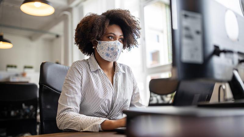Pekerja kantor menggunakan masker.