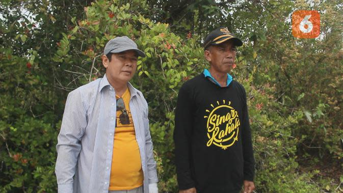 Sekretaris Kecamatan Kenohan, Kaspul didampingi Kepala Desa Kahala, Mahlan saat menjelajahi Solong Pinang Abang yang dipenuhi anggrek.