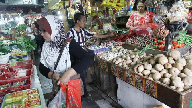 Pedagang melayani pembeli di pasar, Jakarta, Jumat (6/10). Dari data BPS inflasi pada September 2017 sebesar 0,13 persen. Angka tersebut mengalami kenaikan signifikan karena sebelumnya di Agustus 2017 deflasi 0,07 persen. (Liputan6.com/Angga Yuniar)