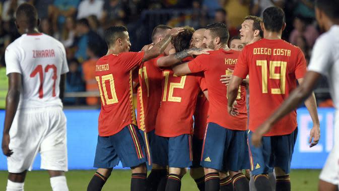 Para pemain Spanyol merayakan gol yang dicetak Alvaro Odriozola ke gawang Swiss pada laga persahabatan di Stadion La Ceramica, Vila-real, Minggu (3/6/2018). Kedua negara bermain imbang 1-1. (AFP/Jose Jordan)