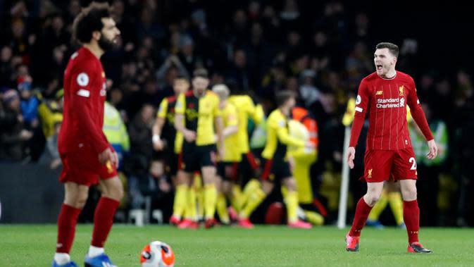 Pemain Liverpool, Andrew Robertson, (kanan) bereaksi setelah pemain Watford Troy Deeney mencetak gol ke gawang timnya dalam pertandingan Liga Inggris di Vicarage Road Stadium, Watford, Inggris, Sabtu (29/2/2020). Watford membantai Liverpool 3-0. (AP Photo/Alastair Grant)