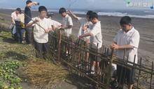 國中生搭建堆砂籬 守護海岸保安林