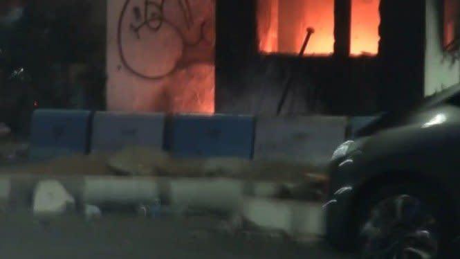 Dipukul Mundur, Massa Bakar Pos Polisi Simpang Lima Senen dan Ketapang