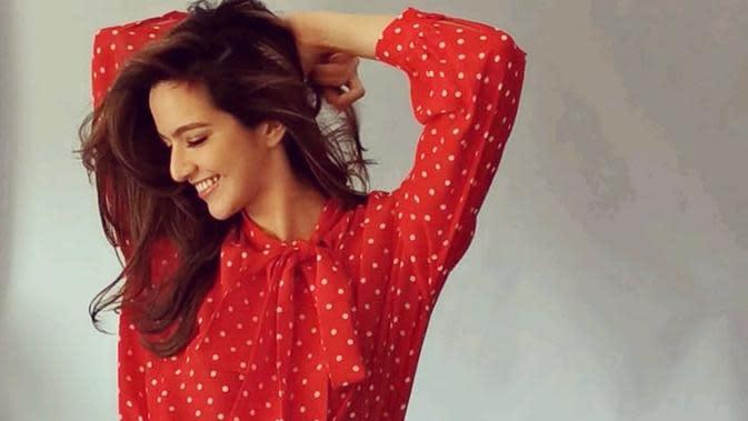 Wanita yang dikenal dengan perannya sebagai 'Bawang Merah' ini tampak cantik dengan blouse berwarna merah terang ini. (Liputan6.com/IG/@ramadhaniabakrie)