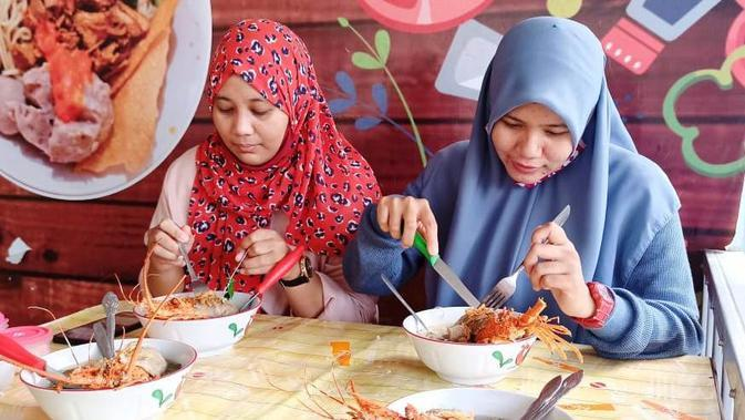 Para pengunjung sedang menyantap bakso lobster di warung Bakso Jawara Palembang (Liputan6.com / Nefri Inge)