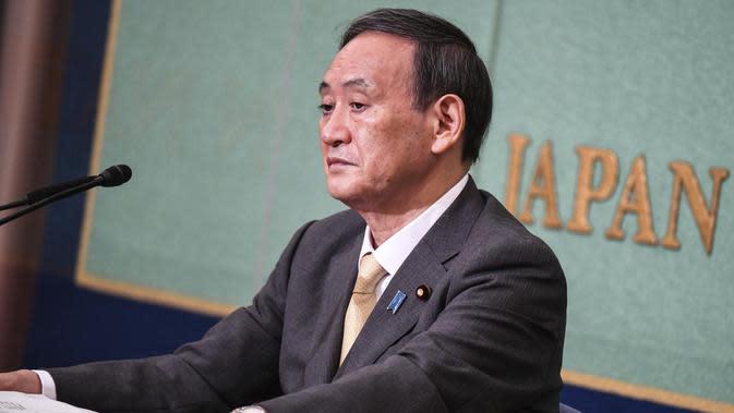Kepala Sekretaris Kabinet Jepang Yoshihide Suga menghadiri debat menjelang pemilihan kepemimpinan LDP di Tokyo. (Foto: Charly Triballeau / Pool Photo via AP)