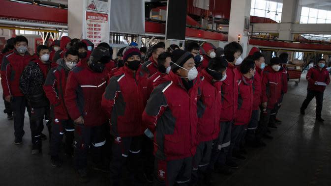 FOTO: Kesibukan Kurir Paket China di Tengah Wabah Virus Corona