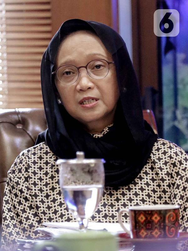 Menteri Luar Negeri (Menlu) Retno LP Marsudi memberikan keterangan saat melakukan silaturahmi dengan Ketua Umum PBNU Said Aqil Siradj di Kantor PBNU, Jakarta, Selasa (11/2/2020). Pertemuan membahas wacana pemulangan WNI eks kelompok ISIS ke Indonesia. (Liputan6.com/Faizal Fanani)